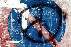 Ordres à l'agonie (Tonton Gilles) Tags: panneau signalétique interdiction de stationner symbole paix tag photo rapprochée proxiphoto graphisme