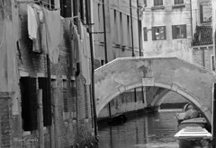 Venezia, Italia (Miguel Angelo (Porto Alegre, Brazil)) Tags: veneza venezia venice água canal ponte bridge barco boat roupa desses varalmonocromática pb bnw