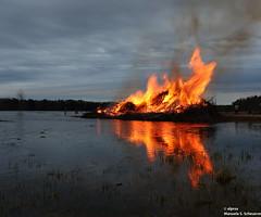 Vrålande drake (alpros) Tags: sweden schweden sverige scandinavia northerneurope nordeuropa skandinavien färnebofjärden gysinge gästrikland gävleborgslän sandvikenskommun österfärnebosocken valborgsmässoafton walburgisnacht bonfire drake dragon drache