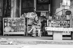 Salesman (frank.gronau) Tags: lesen zeitung read newspaper philippine white black weis schwarz manila salesmanager verkauf sales man strase street alpha sony gronau frank