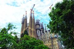 La Sagrada Familia  ♪♫ (Fnikos) Tags: city sky cloud tree nature gaudí antonigaudí lasagradafamilia construction building architecture modernism art sculpture temple faith basílica religion outdoor