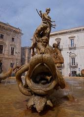 IMGP0167 Fontana di Diana (Claudio e Lucia Images around the world) Tags: sicilia sicily pentax pentaxk3ii ortigia siracusa fontana fountain diana fish water sigma sigma1020