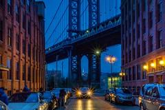 Manhattan -Bridge mit Empire State Building (trombone65 (PhotoArt Laatzen)) Tags: ausrichtung nachtaufnahme nightinthecity langzeitaufnahme langzeitbelichtung blauestunde newyorkphotograph brückenpfeiler guckloch empirestatebuilding dumbo usa manhattanbridge nyc newyorkcity newyork manhattan