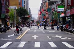 feux rouges (8pl) Tags: rue chaussée piétons passants vélo cycle cycliste scooters feuxrouges sémaphores circulation signalisation panneaux ville taipei taïwan urbain enseignes passagepiéton passageclouté cyclisteinterloquée mégapole vie activité