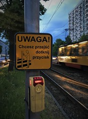 Uwaga Streetphotography (roomman) Tags: 2018 warsaw warszawa poland train trains tram tramway streetcar street car pulawska mokotow quarter yellow evening blur speed velocity blurry light lights uwaga sign cross crossing house houses phone mobil mobile handy urban city town fast transport transportation public mobility