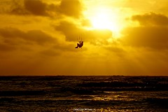 DSC08652 (ZANDVOORTfoto.nl) Tags: kite kiter kitesurf sunset sunsets zon zonsondergang sun zandvoort aan zee wolken clouds sea shore northsea noordzee edwin keur netherlands nederland holland surf