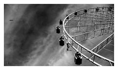 gira, pero no vuela (Luis kBAU) Tags: bw noria ferris wheel pajaro gaviota seagull bird cielo sky nubes volar girar
