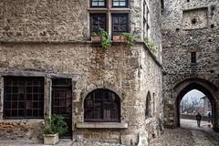Village médiéval (Lucille-bs) Tags: europe france rhônealpes ain pérouges architecture myad arche porte fenêtre médiéval
