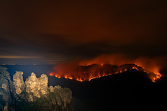 Mount Solitary Ablaze (benpearse) Tags: mount solitary controlled hazard reduction bushfire burn burnoff fire jamison valley blue mountains katoomba nsw australia rfs ben pearse photography may 8th 2018 echo point 3 three sisters night nighttime landscape land management npws