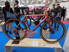 Spin Bike Show 17-05-12 (37) (Funny Cyclist) Tags: bike bicycle cycle velo bici rad radfahrad show 2017 hall olympia blue steel parts karen hartley bespoke frame red brooks saddle caren london