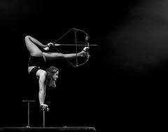 Abschuss (tan.ja1212) Tags: flicflac zirkus circus artistin artist frau woman arrow arc bogenschiesen archery pfeil bogen