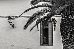 En la ventana (Ignacio M. Jiménez) Tags: ventana window gente people blackandwhite blancoynegro byn bw ignaciomjiménez aldeahermosa jaen andalucia andalusia españa spain