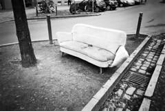 sidewalk still lifes (island couch) (Tina Kino) Tags: tinakino berlin 2018 analog monochrome film photography ilford hp5 pentax espio mini couch kreuzkölln aldi maybachufer formidableverkehrsführung diy diafine dev