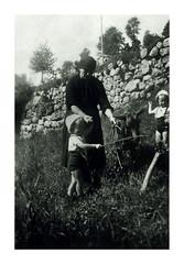 i gemelli a Tonezza - agosto 1937 (dindolina) Tags: italy italia veneto tonezza mountain montagna vacation vacanze summer estate fotografia family famiglia history storia photo vintage 1937 1930s annitrenta thirties blackandwhite bw biancoenero monochrome monocromo gemelli twins vignato