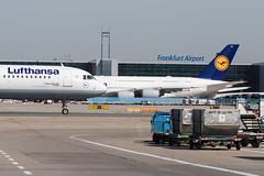Frankfurt Airport: Lufthansa Airbus A321 und Lufthansa Airbus A380 (kevin.hackert) Tags: rheinmain vorfeld linienflugzeug flughafen eddf outdoor metropole airport jet flugzeug cargo rheinmainflughafen ffm hessen fra aircraft frankfurtammain 069 apron frankfurt main rollfeld fahrzeug fraport boden verkehrsflughafen