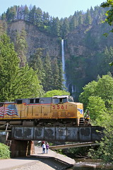 Multnomah Falls, Oregon (UW1983) Tags: trains railroads unionpacific up portlandsubdivision intermodaltrains multnomahfalls oregon waterfalls columbiagorge