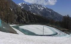 lac artificiel (bulbocode909) Tags: valais suisse ovronnaz lacsartificiels lacs neige forêts arbres nuages paysages printemps bleu glace barrières