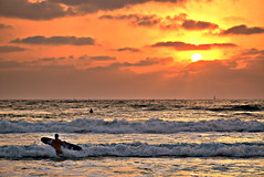 (Roi.C) Tags: sunbeams sunlight sunset sun clouds sky skyline water waves beach peoples surfer surfing landscape seascape sea season serene mediterraneansea telaviv israel outdoor nikkor nikond5300 nikon reflection wave cloud 2018 boats yachts silhouette hdr