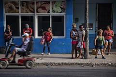 GUANABO: EN ATTENDANT L'AUTOBUS (pierre.arnoldi) Tags: cuba guanabo autobus photoderue photocouleur photodevoyage photographequébécois pierrearnoldi canon6d objectiftamron