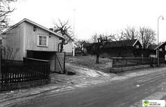 tm_7526 - Skillnadsgatan, Tidaholm 1994 (Tidaholms Museum) Tags: svartvit positiv bostadshus tidaholm stadsgata 1994