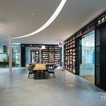 Library building consists of small box units. They are connected by glass passages all.  小さいユニットに分けられていて、ちょっとした迷路になっています。図書館としては非合理的かもしれませんが、勉強をしながら図書も漁るときはとてもよさそうでした。