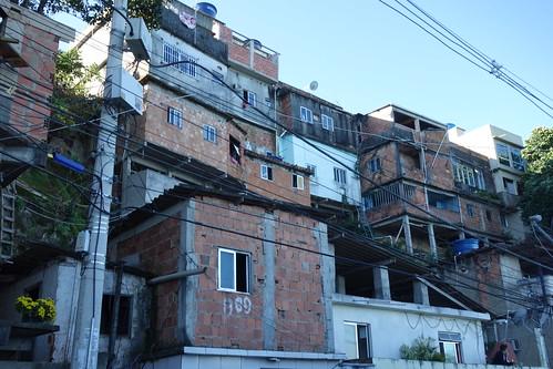 Les maisons sont en briques rouges, souvent construites sur le même modèle