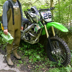 Chameau-oliv-Motorrad6025 (Kanalgummi) Tags: motor bike motocross motorrad rubber waders chestwaders wathose
