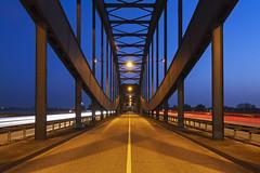 Neue Norderelbbrücke (Lilongwe2007) Tags: hamburg deutschland neue elbbrücke symmetrie nacht dämmerung abend strasen verkehr architektur brücken bauwerke