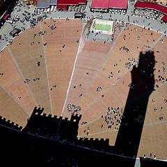 Siena, Piazza del Campo (pom'.) Tags: 1293 1349 governodeinove conchiglia palazzocomunale torredelmangia 102 1298 1310 mangiaguadagni giovannidibalduccio 1325 1348 fontegaia 1386 pistadelpaliodisiena siena toscana tuscany italia italy europeanunion april 2018 panasonicdmctz101 shadow architecture middleages 14thcentury 100 200 300 400 5000