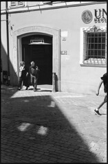 Macerata, Italy (May '18) (Pietro Bevilacqua) Tags: filmisnotdead filmphotography film filmscan believeinfilm grainisgood istillshootfilm italy macerata marche people street streetphotography ordinarylife walking leg blackandwhite monochrome biancoenero analogue photography 35mm 35mmfilm pentax k1000 fomadon lqr expired kodak tmax tmax400 couple old no crop