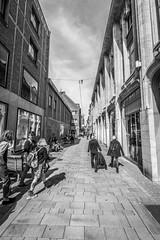 Düsseldorf Altstadt (maximilian_kaiser) Tags: sun grau grey schwarzweis blackandwhite daytime summer streetlife strasenfotografie streetphotography street düsseldorfaltstadt altstadt nrw germany deutschland ddorf düsseldorf