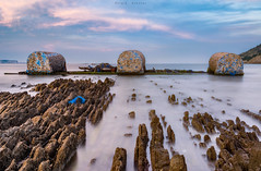 Mejillonera varada (sergio estevez) Tags: agua azul algeciras atardecer color campodegibraltar estrechodegibraltar espuma largaexposición landscape mar marina paisaje playa rocas nikon24mmf28ais sergioestevez