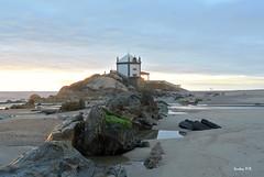 Los últimos rayos solares. (Santos M. R.) Tags: arcozelo preda capilla portugal mar sea atardecer puestadelsol rocas