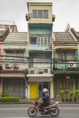 Piso sobre piso. Bangkok. (www.rojoverdeyazul.es) Tags: calles streets ciudad city edificios buildings viejos old oxidados rusty bangkok thailand tailandia autor álvaro bueno casa house arquitectura architecture moto