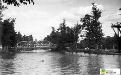 tm_7426 - Kärleksbron, Tidaholm (Tidaholms Museum) Tags: svartvit positiv tidaholm bro tidan 1937 badplats 1920talet