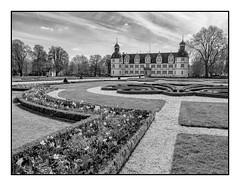 Schloss Neuhaus (Foto_Michel) Tags: schlos neuhaus castle deutschland germany paderborn schwarzweiss owl ostwestfalen lippe wolken gebäude blackwhite architektur olympus microfourthirds mft m43 zuiko zuiko1240