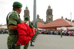 Arriando la bandera en el Zócalo (laap mx) Tags: mexico mexicocity ciudaddemexico zocalo bandera soldados soldiers flag catedral cathedral