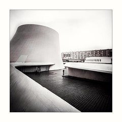 Le Havre 2017 (elizzzzza67) Tags: 1022mm 2017 appareilphoto architecte architecture canon70d homme lehavre levolcan nb normandie oscarniemeyer placeoscarniemeyer silhouette streetphotography