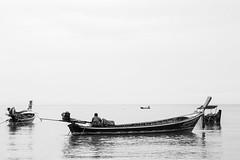 Waiting for the tide (Lauro Meneghel) Tags: thailand tailandia sealife sea travel 2018 asia boat longtailboat waiting fishermen bn bw