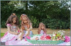 Der Tisch ist gedeckt ... (Kindergartenkinder 2018) Tags: schloss lembeck kindergartenkinder milina tivi annemoni annette himstedt dolls