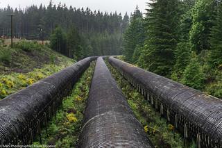 hölzerne Wasserpipeline der John Hart Generator Station aufgenommen im Elk Falls Provincial Park - Wooden water pipeline of the John Hart generator station photographed in the Elk Falls Provincial Park