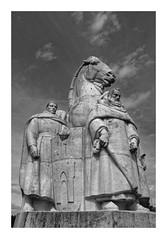 Statue des 4 fils Aymon - Bogny-sur-Meuse (DavidB1977) Tags: fujifilm x100f monochrome bw nb france champagneardennes ardennes bognysurmeuse statue fils aymon