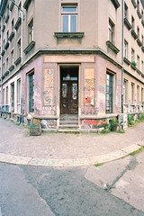 come in (flyerkat_L.E.) Tags: house door window street leipzig film analog kodakultramax400 nikon f80 35mm
