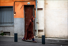 Descendre la rue... / Walk down by the street... (vedebe) Tags: couleurs homme humain human people rue street ville city urbain urban perpignan france