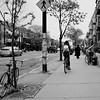 Attention devant !... (woltarise) Tags: duparc avenue montréal mileend passant cycliste ricohgr