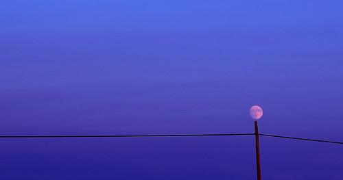 Luna sostenida fotografia profissional cores fortes minimalista  deixa de frescura