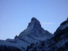 Zermatt, Matterhorn (PPRV) Tags: sunset sky mountain snow alpes plane switzerland evening montana europa europe suisse dusk aircraft air nieve peak trail skiresort cielo zermatt matterhorn wallis tarde avion clearsky montaas valais ascent  flug  cervino   planetrail