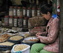 070423 152020 (friiskiwi) Tags: dvd0704c beans china market shopkeeper xian xianshi shaanxisheng cn
