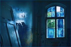 Monday blues. And blue outlook. (Gudzwi) Tags: windowwednesday blues blue blau innen raum room indoor verlassen verlasseneorte lostplaces abandoned beelitzheilstätten decay gebäude building ausblick view window gloomy düster leererraum emptyroom roomwithaview zimmermitaussicht beelitz urbex urbanexploration tür door licht lichtundschatten light lightandshadow 7dwf 7dwfmondaysanythinggoesmondays anythinggoesmondays brandenburg