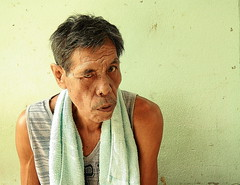 i'm keeping an eye on you (the foreign photographer - ฝรั่งถ่) Tags: old man sitting eye half closed towel khlong thanon portraits bangkhen bangkok thailand canon